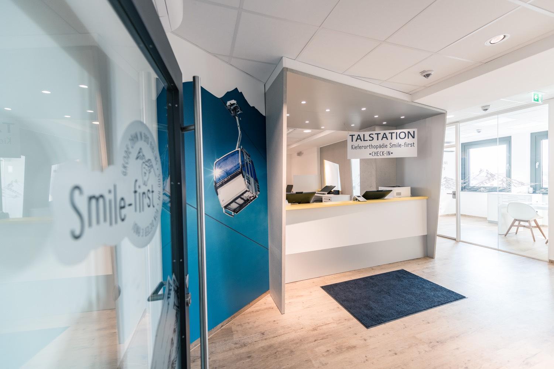 Smile-first Kieferorthopädie - Rezeption, Eingangsbereich